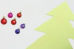 Decoraciones coloridas de las bolas de la Navidad Imágenes de archivo libres de regalías