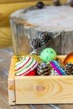 Decoraciones coloridas del día de fiesta del Año Nuevo con el piel-árbol y los juguetes Imágenes de archivo libres de regalías