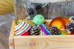 Decoraciones coloridas del día de fiesta del Año Nuevo con el piel-árbol y los juguetes Fotografía de archivo