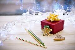 Decoraciones con la caja de regalo, guirnaldas, jengibre del fondo de la Navidad Imágenes de archivo libres de regalías