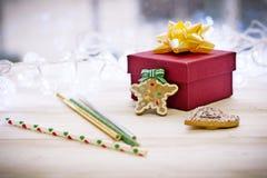 Decoraciones con la caja de regalo, guirnaldas, jengibre del fondo de la Navidad Foto de archivo libre de regalías