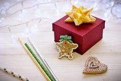 Decoraciones con la caja de regalo, guirnaldas, jengibre del fondo de la Navidad Imagen de archivo libre de regalías