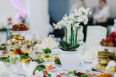 Decoraciones con las flores, decoraciones de la boda Fotos de archivo libres de regalías
