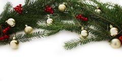 Decoraciones con los juguetes del árbol de navidad y de la Navidad aislados en el fondo blanco Marco de tarjeta del Año Nuevo Fotografía de archivo libre de regalías