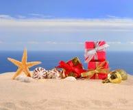 Decoraciones, conchas marinas y estrellas de mar de la Navidad en una arena de la playa Imagen de archivo libre de regalías