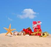 Decoraciones, conchas marinas y estrellas de mar de la Navidad en una arena de la playa Foto de archivo