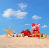 Decoraciones, conchas marinas y estrellas de mar de la Navidad en una arena de la playa Foto de archivo libre de regalías