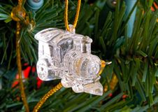 Decoraciones cristalinas del tren de la Navidad en un árbol Imagenes de archivo