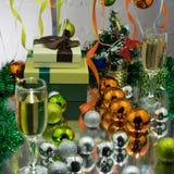 Decoraciones de Champán y del Año Nuevo en fondo de oro Foto de archivo libre de regalías
