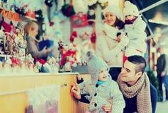Decoraciones de compra de la Navidad de la familia imágenes de archivo libres de regalías