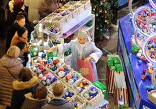Decoraciones de compra de la Navidad de la gente Imagen de archivo libre de regalías