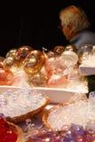 Decoraciones de cristal hechas a mano para la Navidad y el hombre que los hicieron Imagenes de archivo