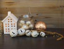 Decoraciones de Cristmas y casa del invierno Imagen de archivo libre de regalías