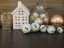 Decoraciones de Cristmas y casa del invierno Foto de archivo libre de regalías
