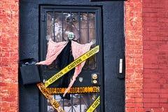Decoraciones de Halloween incluyendo una bruja y rayas decorativas de la policía en la puerta principal de una casa en Brooklyn,  fotos de archivo libres de regalías