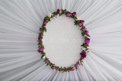 Decoraciones de la boda con las flores en la pared Fotos de archivo