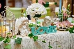Decoraciones de la boda de flores y de accesorios en la tabla Fotos de archivo