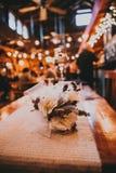 Decoraciones de la boda dentro de un granero imágenes de archivo libres de regalías