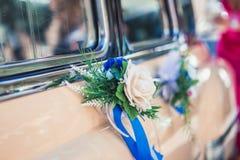 Decoraciones de la boda en el coche Imágenes de archivo libres de regalías