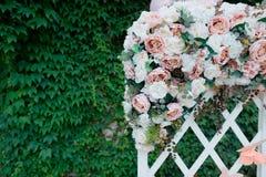 Decoraciones de la boda en el fondo del verdor Imágenes de archivo libres de regalías