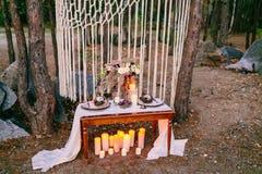 Decoraciones de la boda en estilo rústico Ceremonia de la excursión el casarse en naturaleza imágenes de archivo libres de regalías