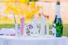 Decoraciones de la boda en la tabla Fotos de archivo libres de regalías