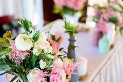 Decoraciones de la boda flores de madera, rosadas, cintas Fotografía de archivo