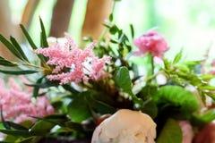 Decoraciones de la boda flores de madera, rosadas, cintas Imágenes de archivo libres de regalías