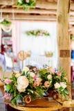 Decoraciones de la boda flores de madera, rosadas, cintas Fotos de archivo libres de regalías