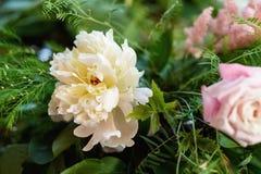 Decoraciones de la boda flores de madera, rosadas, cintas Foto de archivo libre de regalías