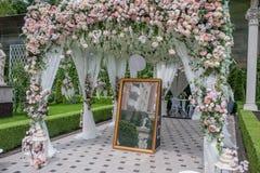 Decoraciones de la boda para el pasillo imagenes de archivo