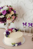 Decoraciones de la boda Ramos de flores y de torta Imagen de archivo