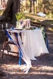 Decoraciones de la boda Zona de madera de la foto situada en bosque y adornada por la tabla, la silla, la bóveda de cristal, las  Imagenes de archivo