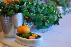 Decoraciones de la calabaza, casandose la tabla con las velas Imágenes de archivo libres de regalías