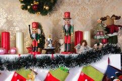 Decoraciones de la chimenea de la Navidad Foto de archivo libre de regalías