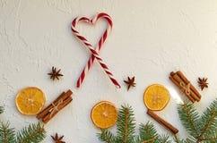 Decoraciones de la comida del Año Nuevo con las ramas del abeto, el corazón de los conos rojos del caramelo y las especias tradic Foto de archivo libre de regalías