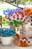 Decoraciones de la flor de la casa en floreros Flores Imagen de archivo