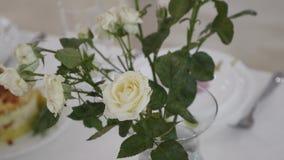Decoraciones de la flor en las tablas de la boda Imagen de archivo libre de regalías