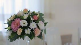 Decoraciones de la flor en las tablas de la boda metrajes