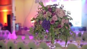 Decoraciones de la flor en las tablas de la boda Cambio dinámico del foco metrajes