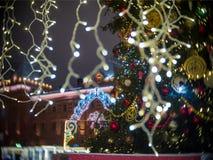Decoraciones de la luz de la Navidad por Año Nuevo y la arquitectura de Moscú Museo histórico Imagen de archivo libre de regalías
