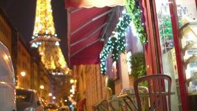 Decoraciones de la luz de la Navidad que chispean en ventana del café y noche de la torre Eiffel almacen de video