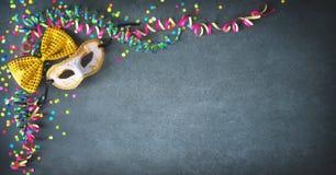 Decoraciones de la mascarada con las flámulas y el confeti Imagen de archivo