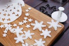 Decoraciones de la masilla de la confitería en la forma de estrellas y de copos de nieve fotografía de archivo