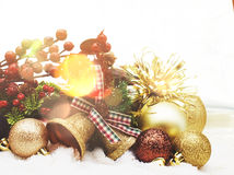 Decoraciones de la Navidad acurrucadas en nieve Fotografía de archivo libre de regalías