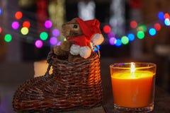 Decoraciones de la Navidad bajo fondo borroso la Navidad Fotos de archivo