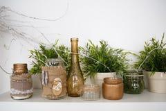 Decoraciones de la Navidad bajo la forma de botellas y potes con las flores Foto de archivo libre de regalías