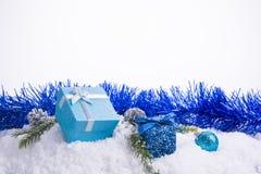 Decoraciones de la Navidad - bolas de la caja de regalo, conos del pino y sujetador verde Imagenes de archivo