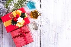 Decoraciones de la Navidad - caja de regalo, conos del pino y rama verde encendido Foto de archivo libre de regalías