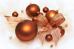 Decoraciones de la Navidad, chucherías marrones, composición con el arco Fotos de archivo libres de regalías